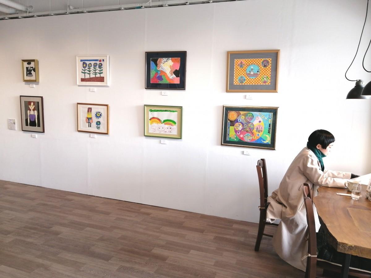パステルの作品。篠崎さんは「右端の上下2点の作家以外は初出展」だという。