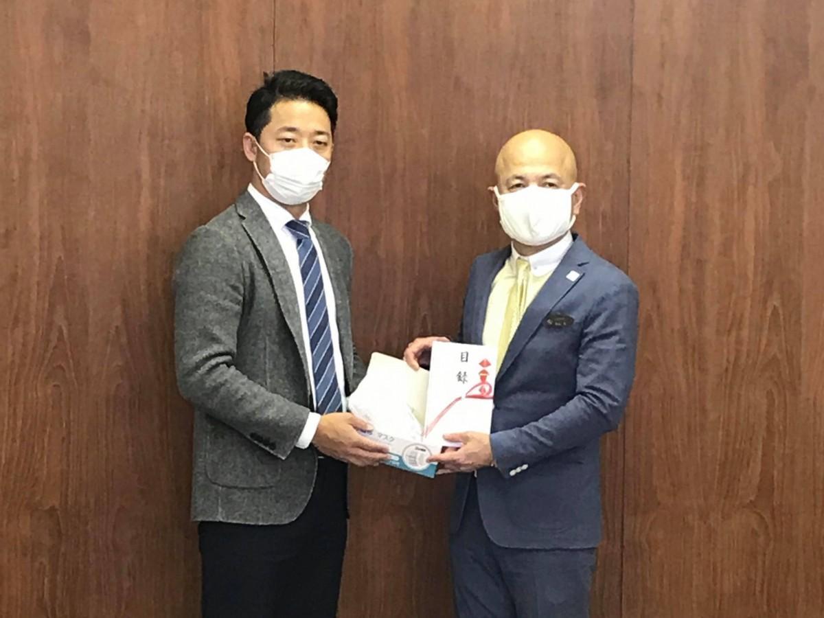 エステート・ワンの春山勝義社長と和泉聡足利市長(左から)