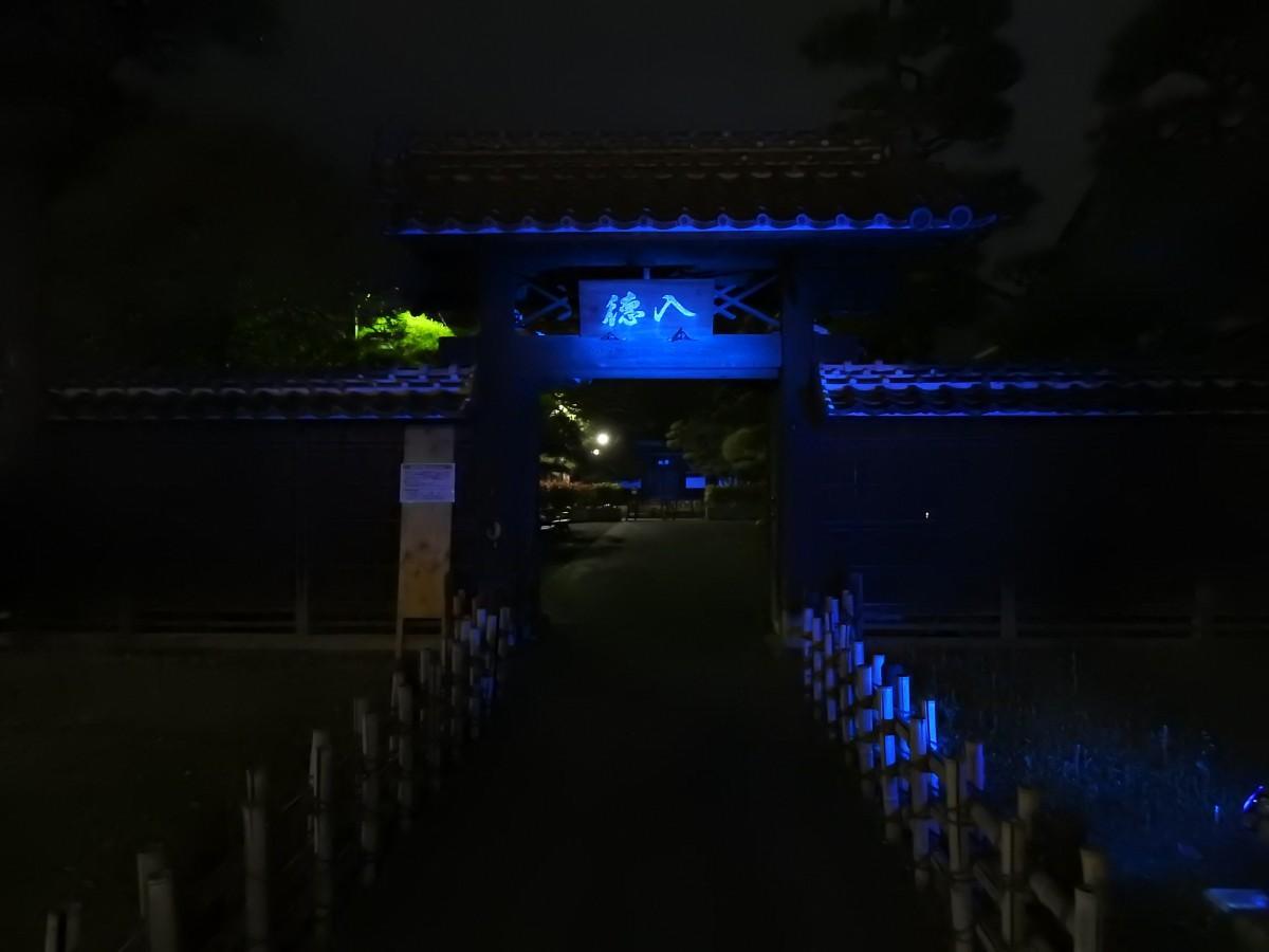 ブルーにライトアップされた入徳門