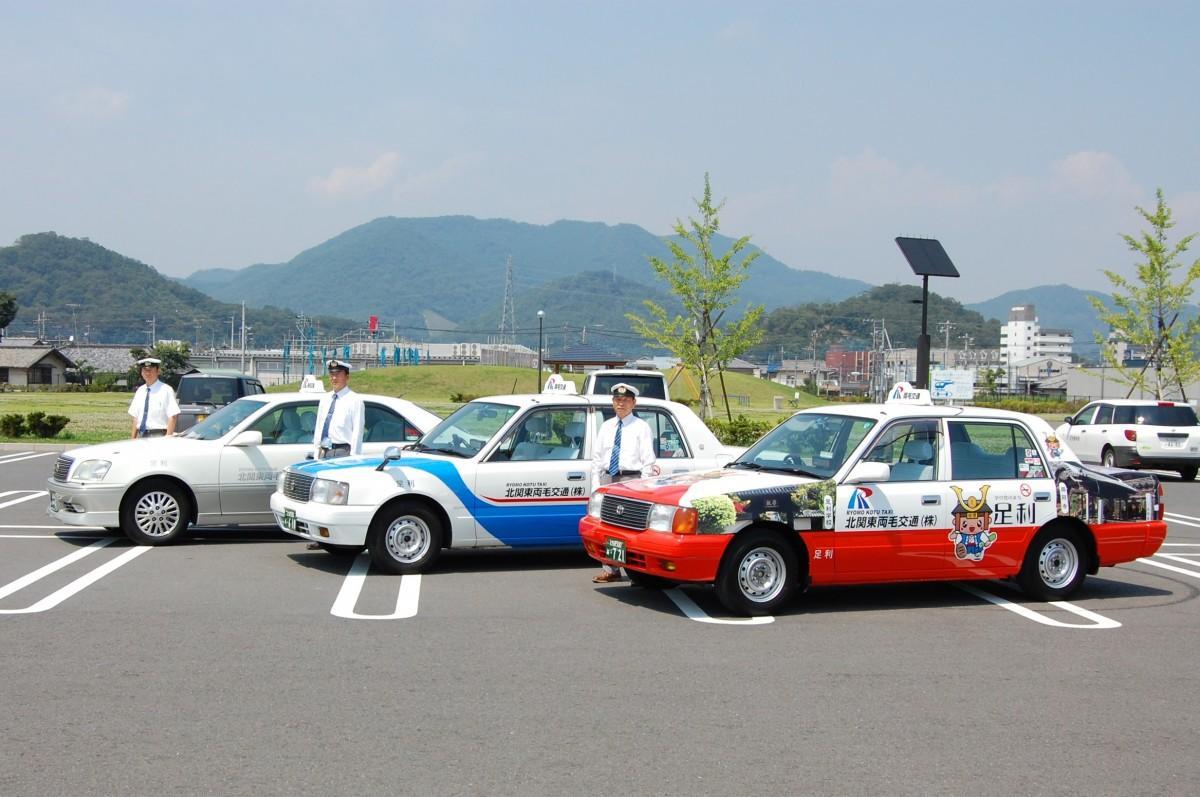 北関東両毛交通のタクシーとドライバー(提供=北関東両毛交通)