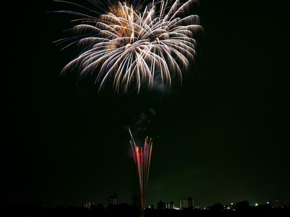 夜空を彩る新型コロナウイルス退散祈願の花火