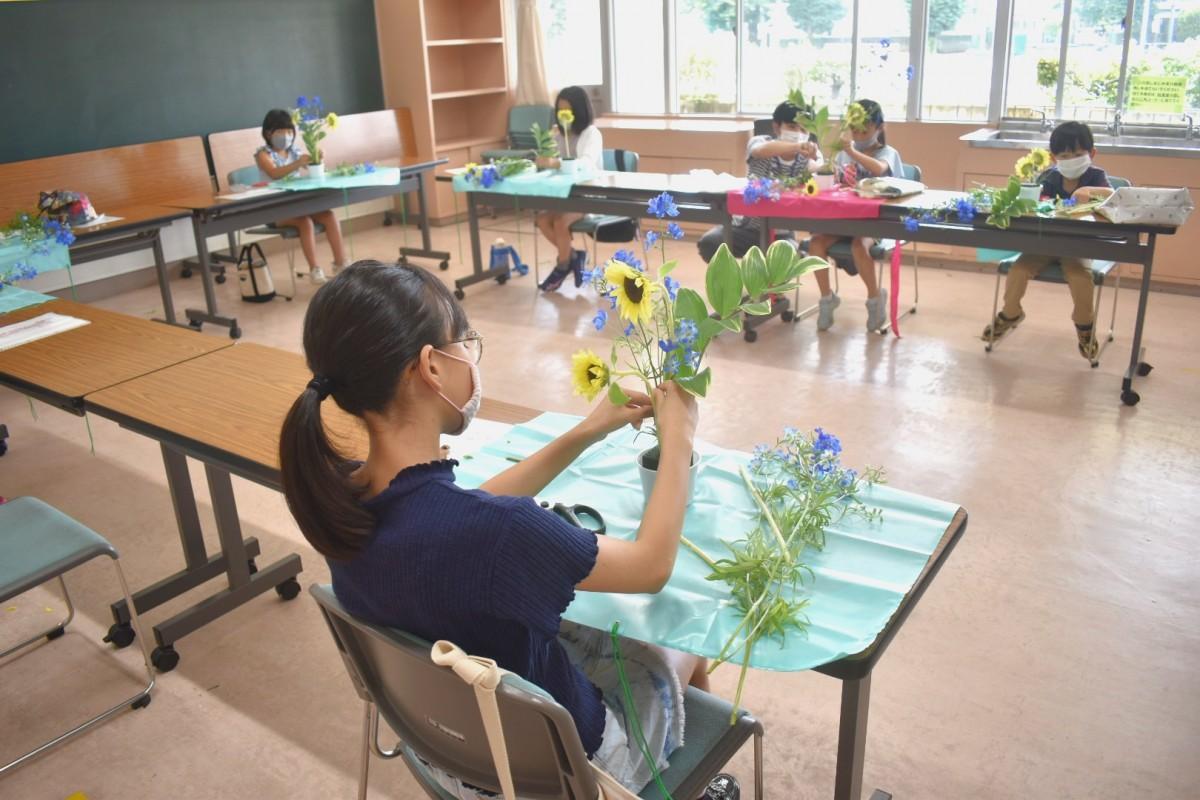花をオアシスへ生ける受講生。(初級クラス)