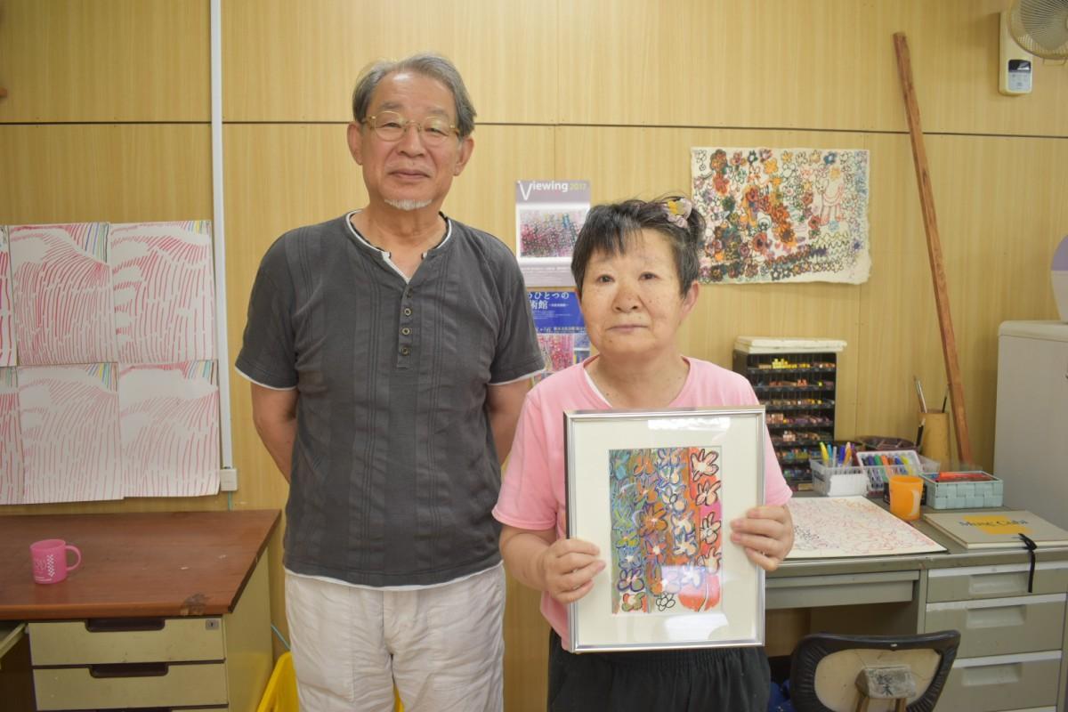 展示予定の作品を持つ柴さんとアートディレクターの篠崎さん(右から)