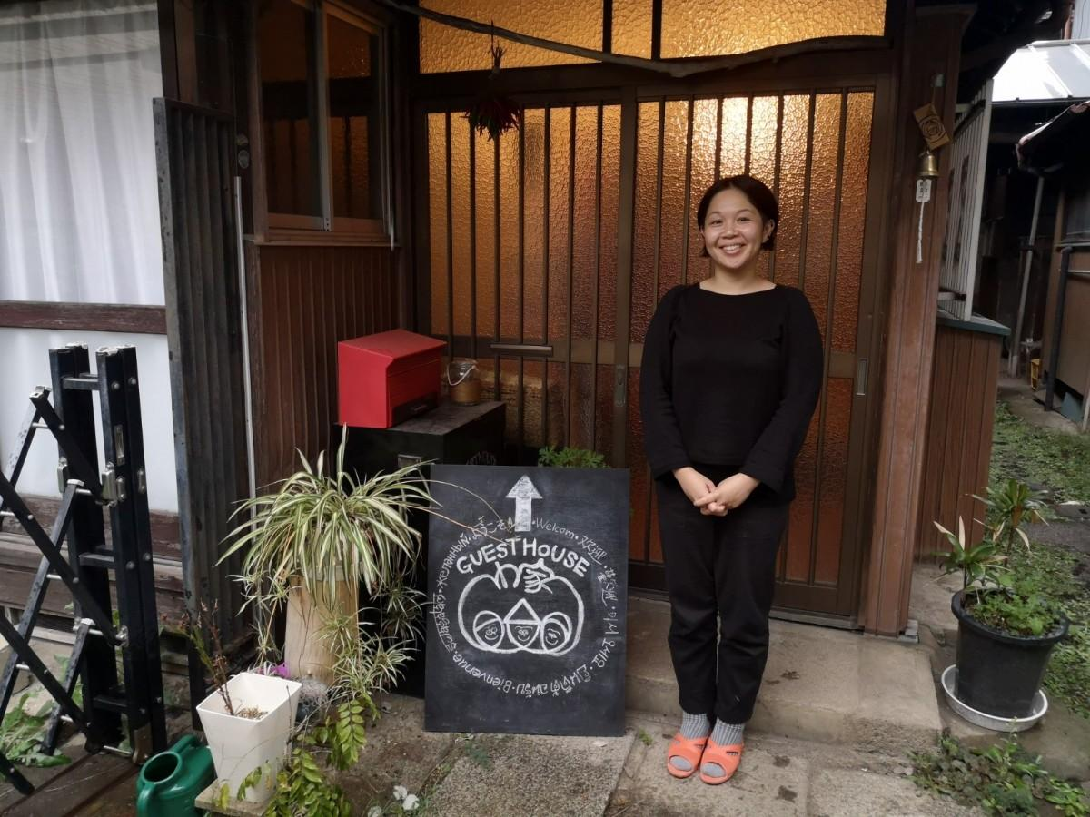 路地裏にある「GUEST HOUSE わ家」と早川恵理子さん