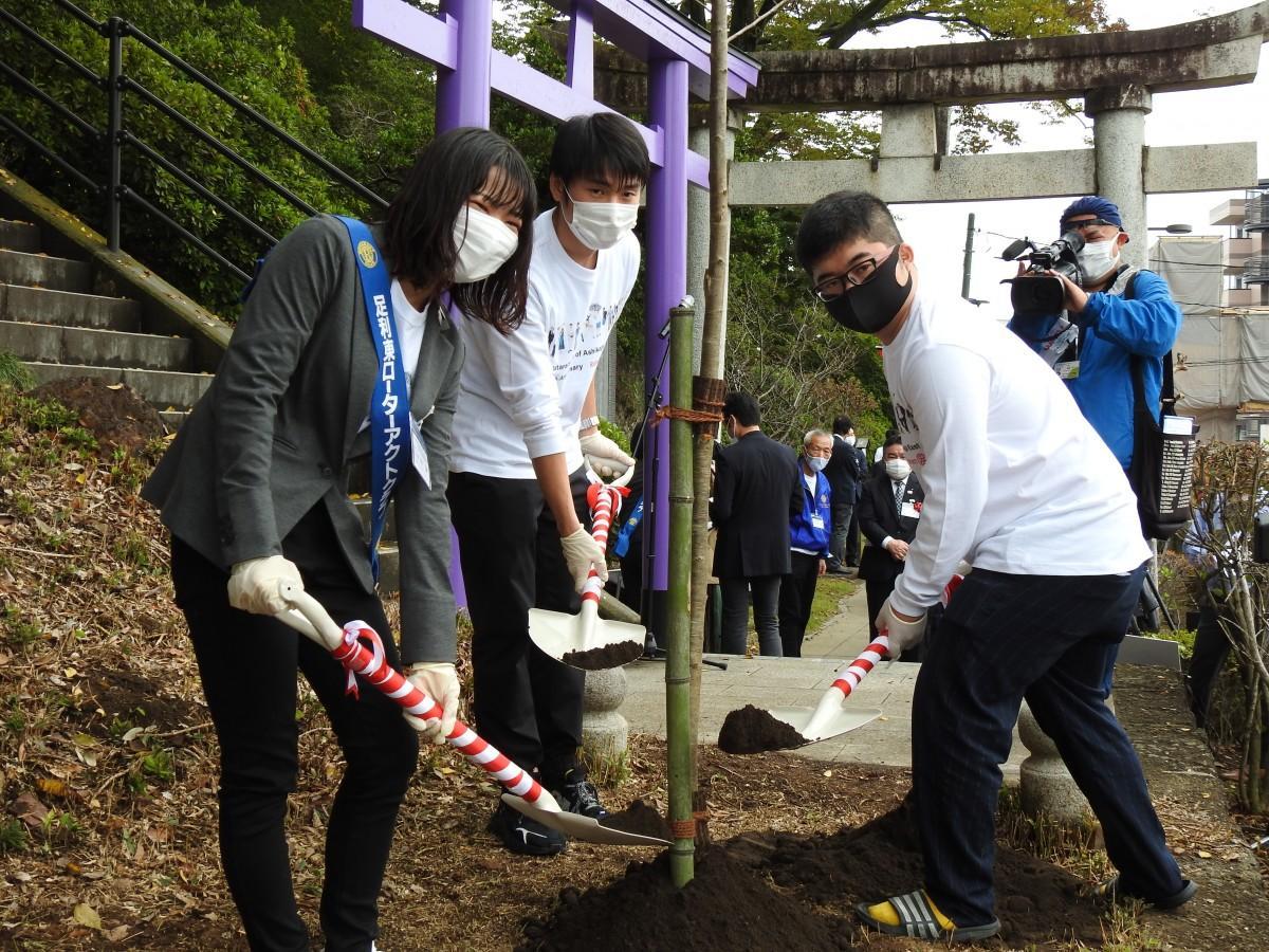 植樹を行う「足利東ローターアクトクラブ」相樂侑加会長(左)ら
