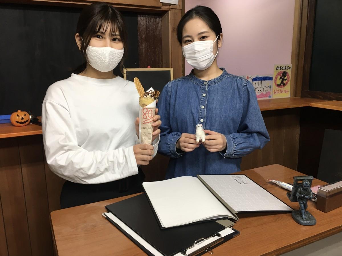 「先生」の相澤佳奈さん、新井里奈さん(右から)