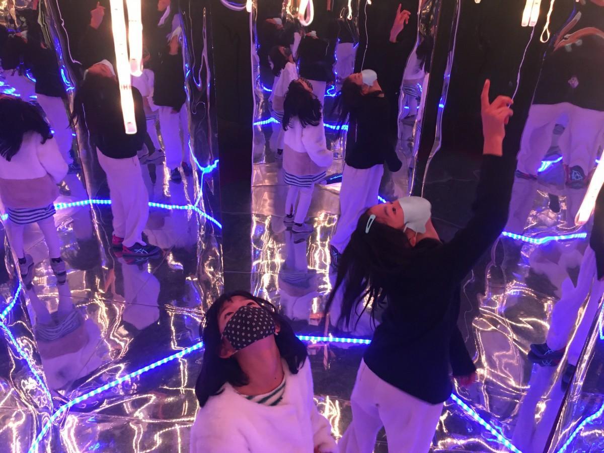 「LEDミラーハウス」に入り楽しむ児童
