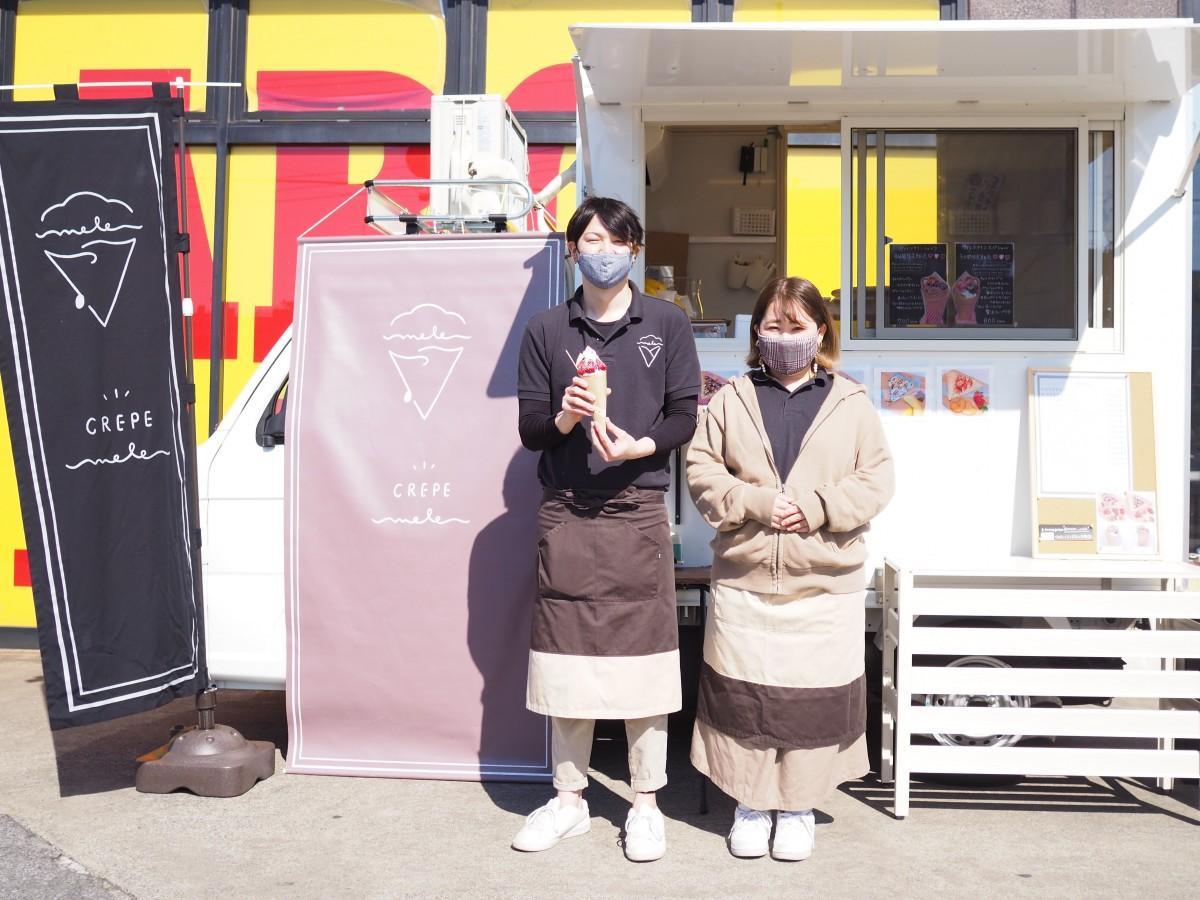 「crepe mele」を営む飯塚友也さん(左)、菜摘さん(右)夫婦