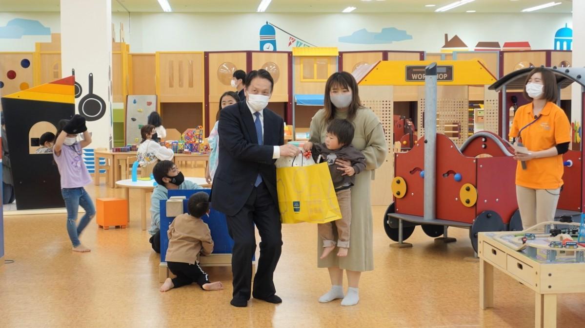 「キッズピアあしかが」を運営する足利むつみ会の阿由葉理事長と荒井さん親子