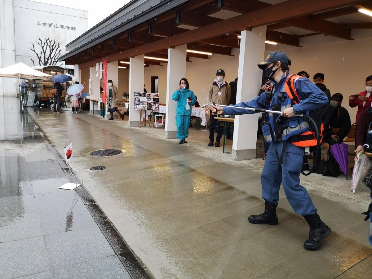 消防隊による「水のう」の実演