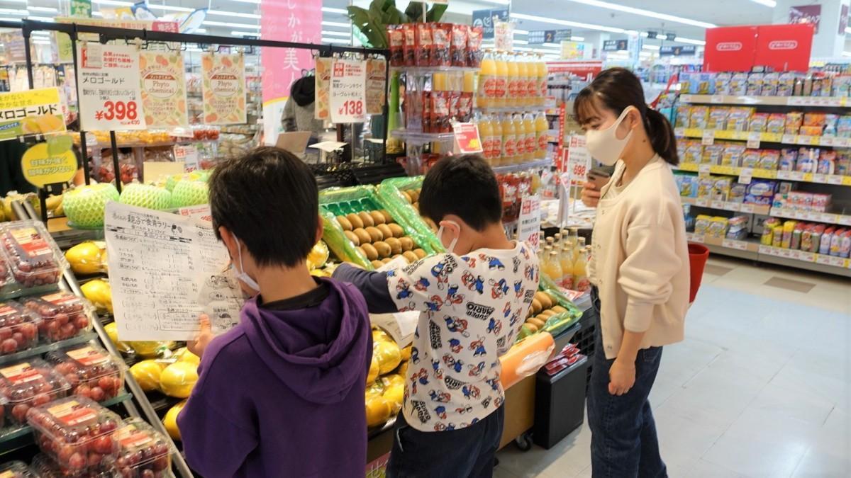 アピタ足利店果物売り場で 産地クイズのヒントを探す