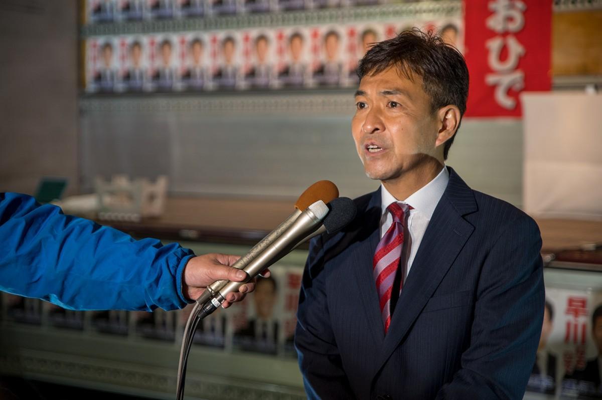 選挙報告会後の取材に応じる早川尚秀さん