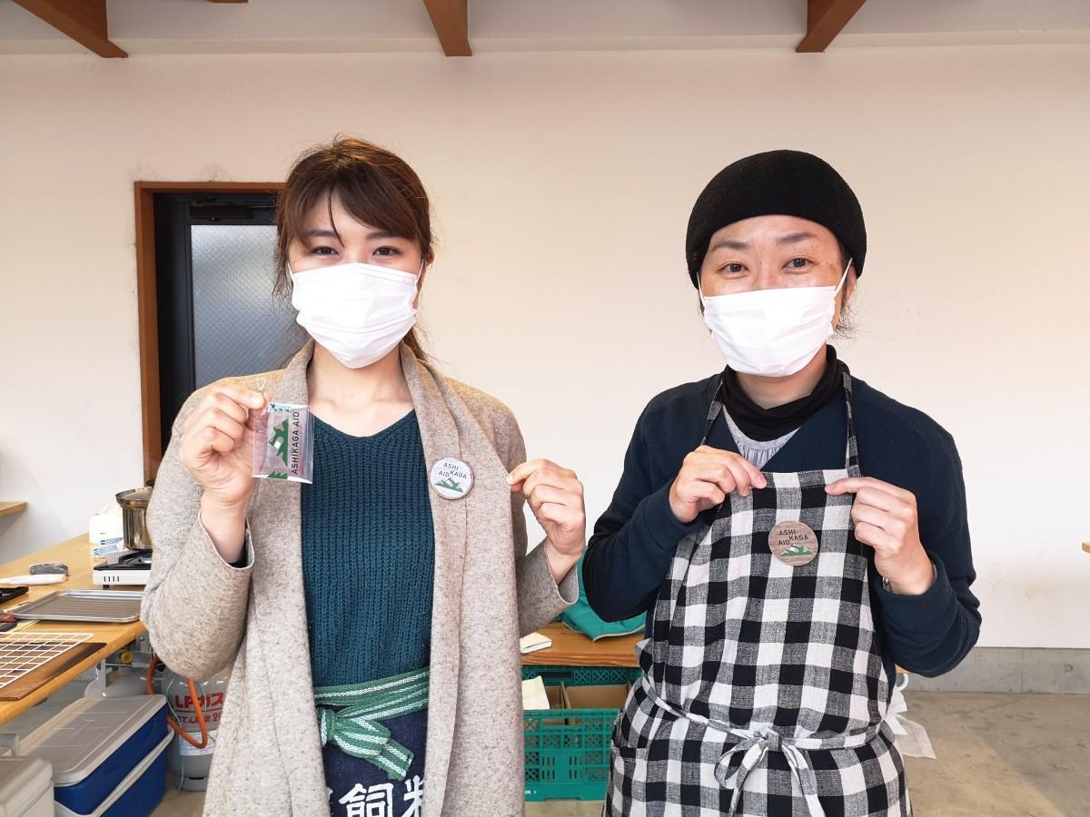 「足利応援マルシェin栃木」でグッズを販売する地域おこし協力隊の秋山さん(左)