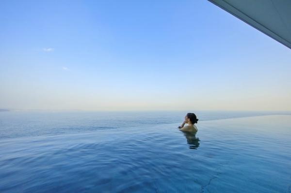 海に浮かんでいるようなインフィニティ露天風呂