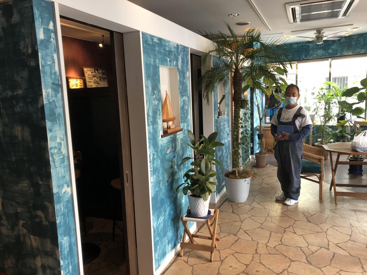 1階の「マリンスクエアカフェ」と光村智弘副社長