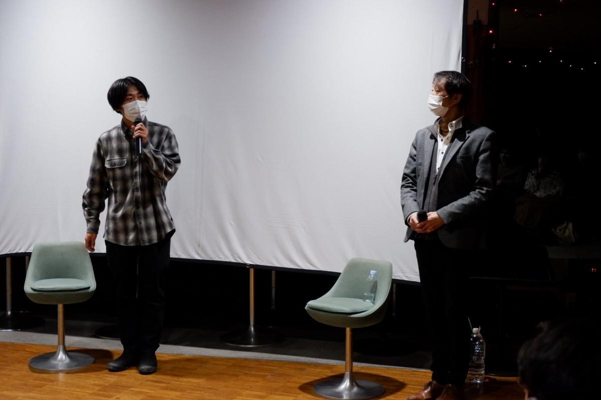 上映会には山本英監督(左)も舞台あいさつに登場