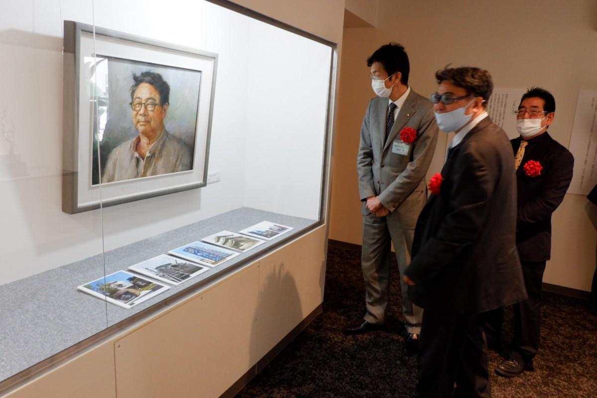 名画を鑑賞する(左から)齊藤熱海市長と山口理事長、保科館長