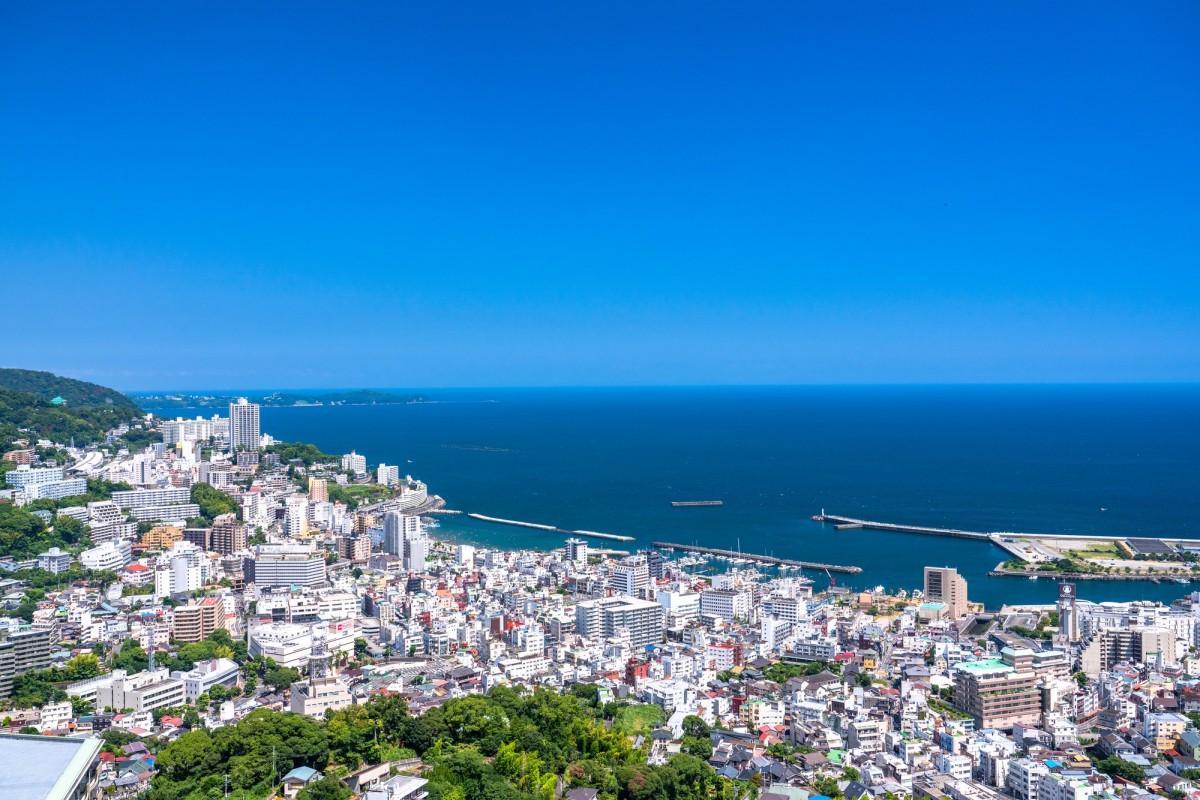 年間通して観光客が訪れる熱海温泉