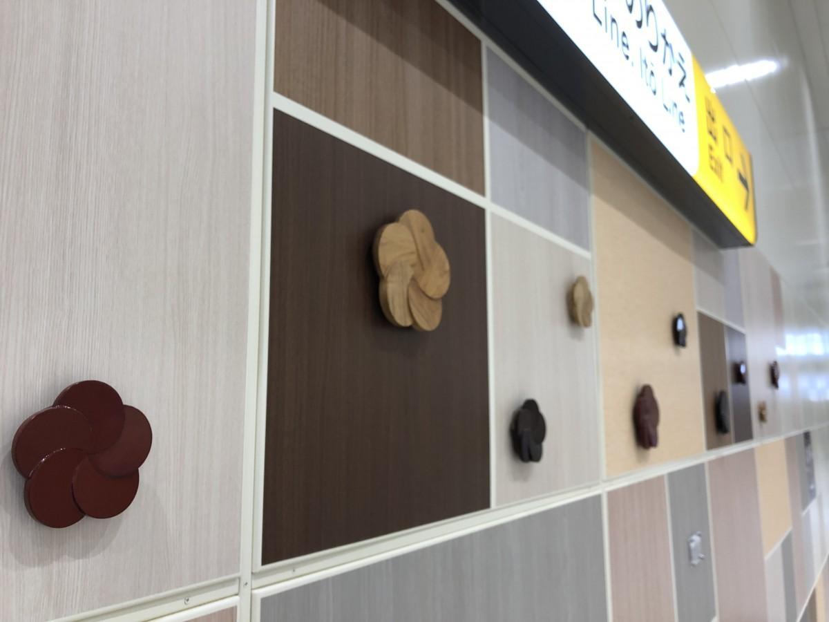 JR熱海駅の新幹線コンコースに設置された「熱海楠細工」