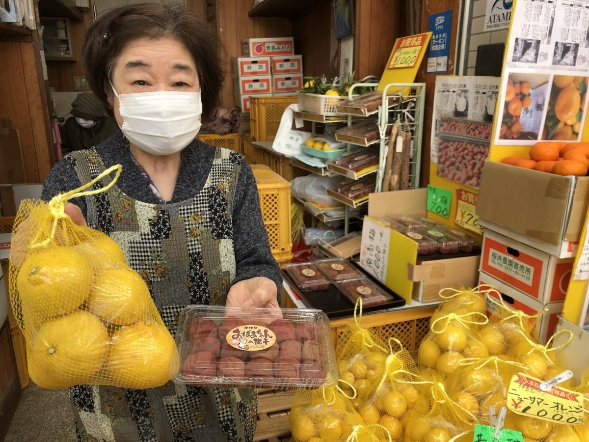 旬のかんきつと自家製の梅干しを掲げる「桜井農園直売所」の桜井京子さん