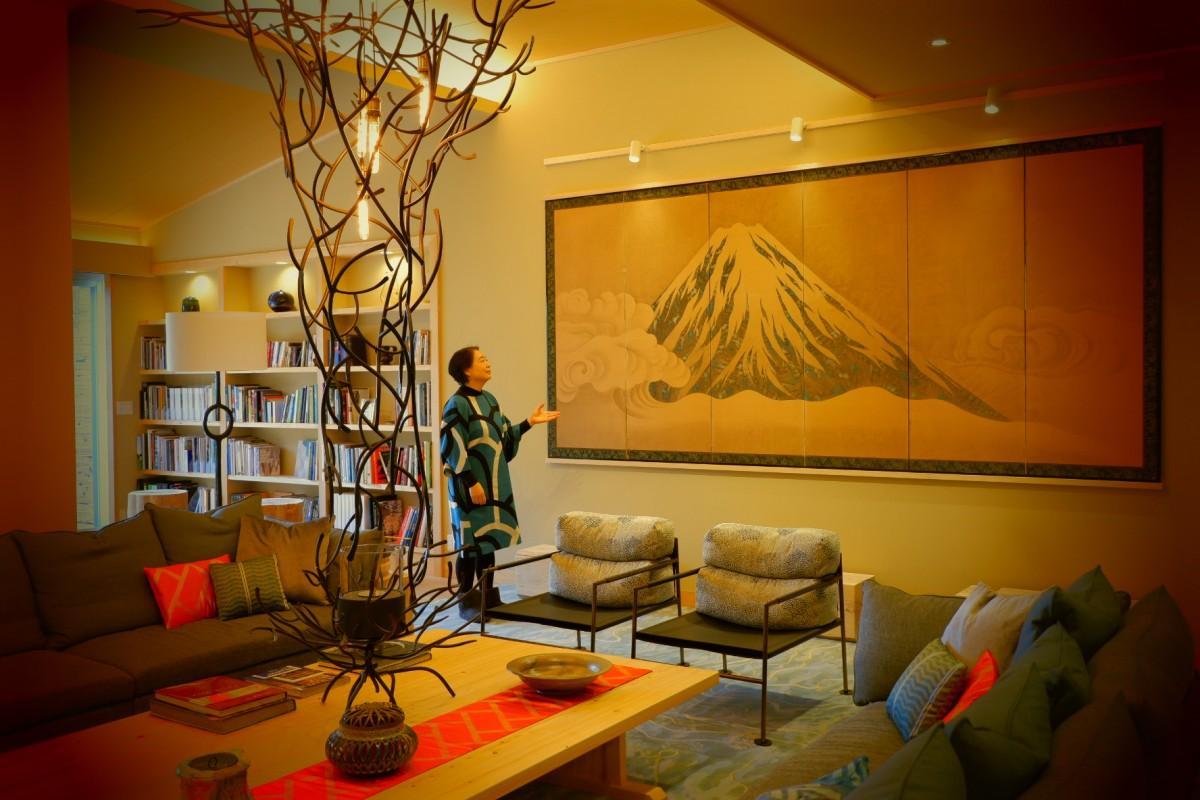 「桃山雅苑」のリビングに展示する美術品と澤山乃莉子取締役