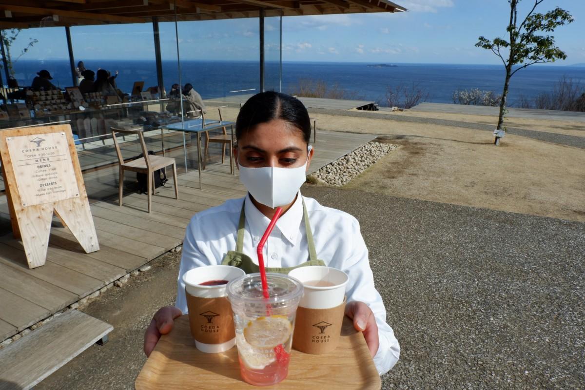 熱海レモンと自家製蜂蜜の期間限定ドリンクを提供するスタッフ