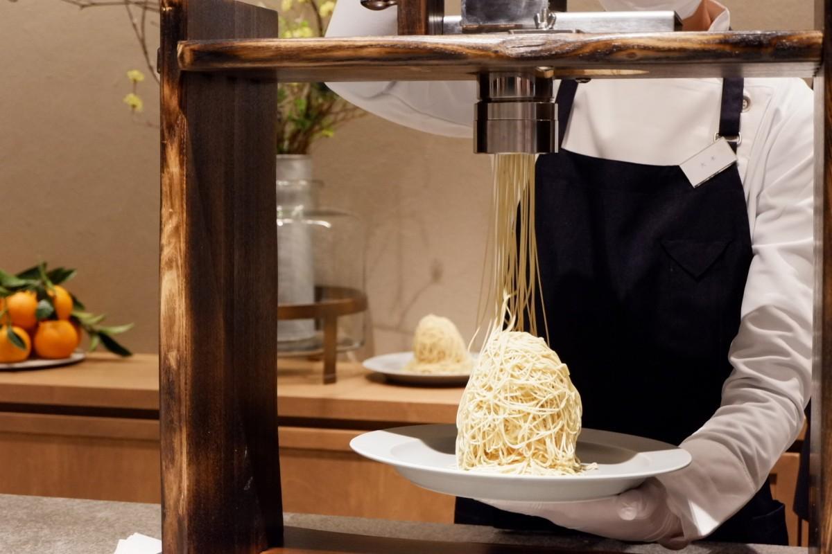 「生糸モンブラン」は特注の絞り機で約1ミリの錦糸状に絞って提供する