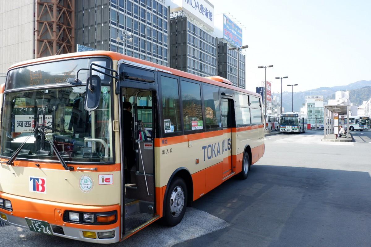 ICカード利用のステッカーを貼った東海バスの車両