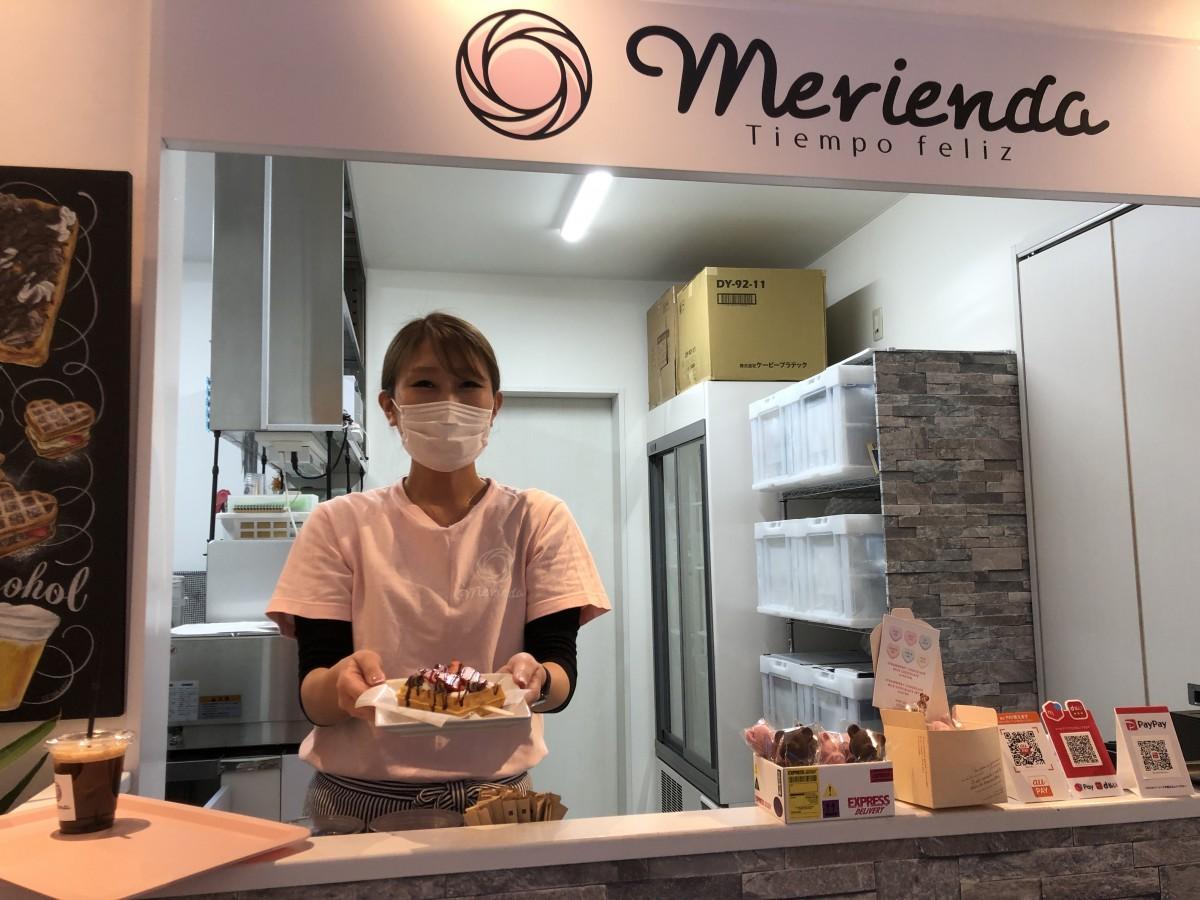 笑顔で来店客を迎える店主の早田由香里さん