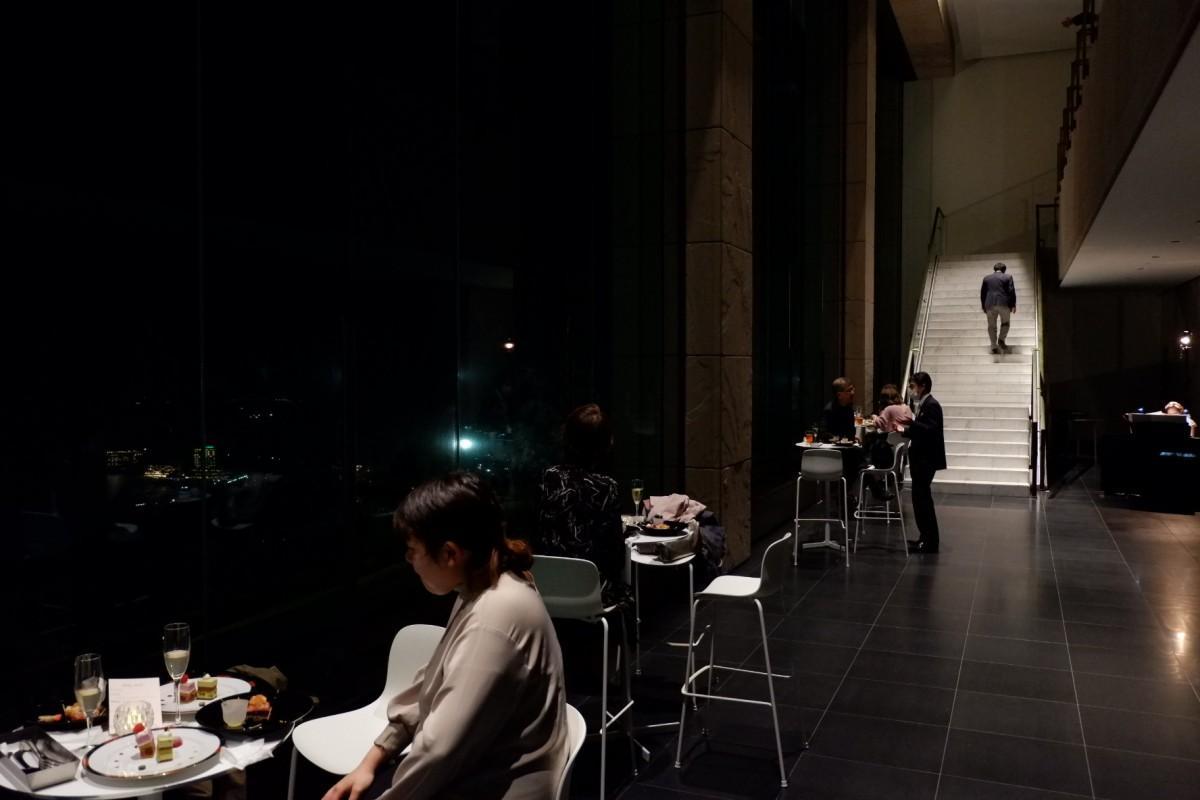 貸し切りのMOA美術館で夜景や花火を観覧する参加者ら