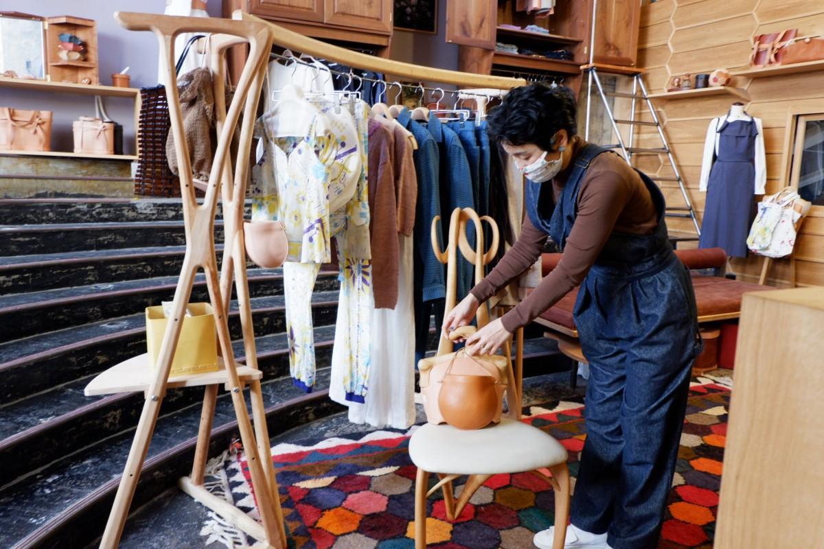 出店ブランドの一つ「Eatable of Many Orders」の新居洋子さんと「masaki kondo」の椅子