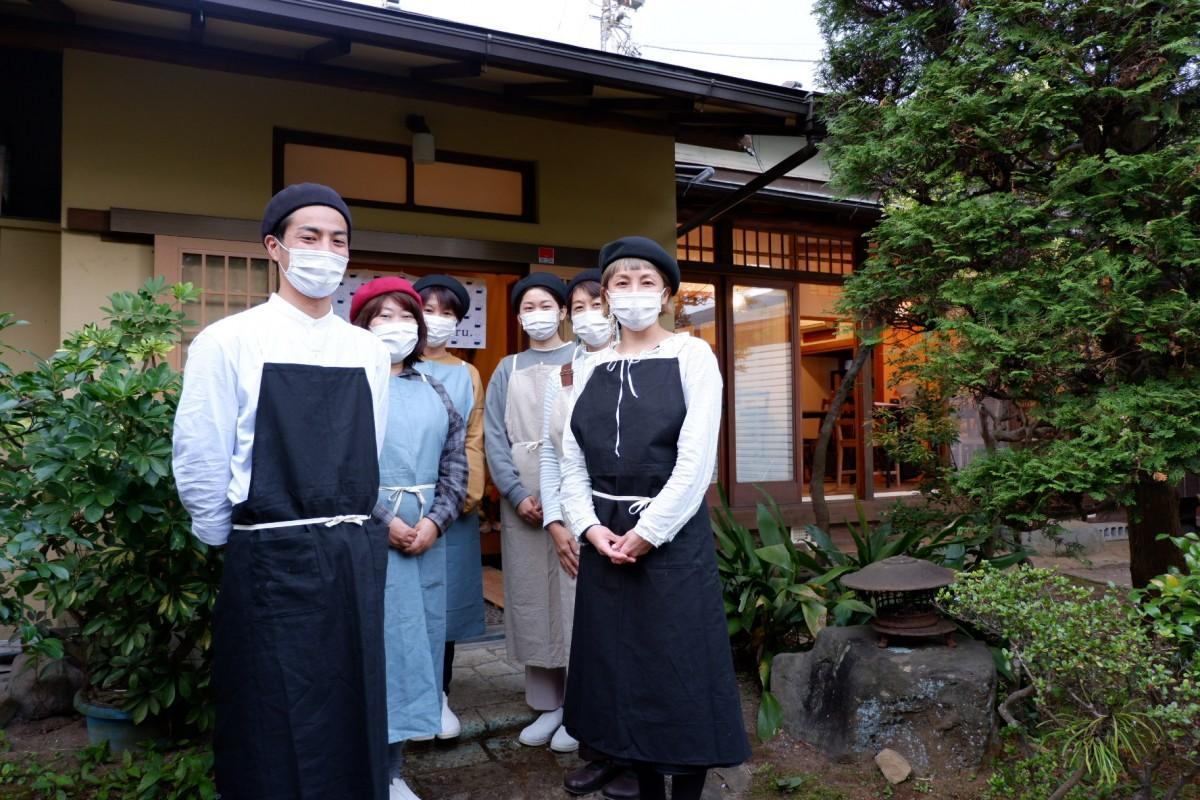 古民家カフェ「haru.」の店主・藤泰子さん(左から2人目)とMftのメンバーら