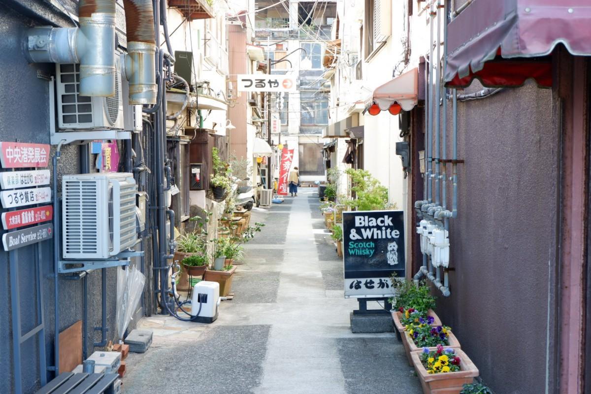 飲食店などが立ち並ぶ渚町「なぎさ中通り」の路地裏