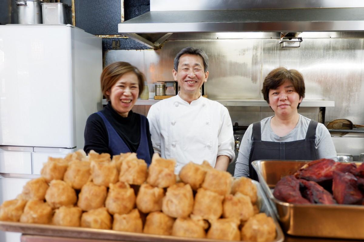 1日120個作ることもあるという「ジャンボ焼売」と早苗さん、豪さん、スタッフ(左から)(撮影時のみマスクを外しています)