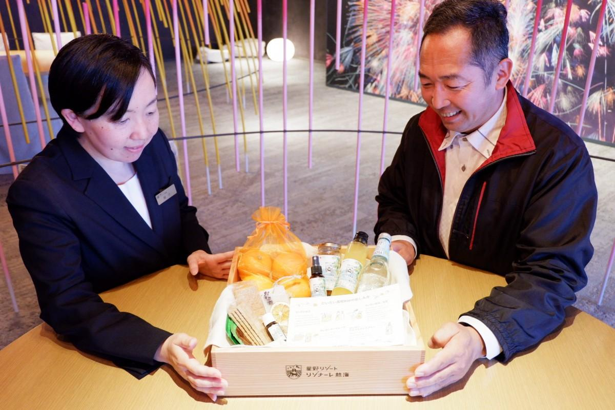 「だいだい満喫BOX」をアピールする総支配人の福井ゆう子さんと農家の岡野谷伸一郎さん(撮影時のみマスクを外しています)