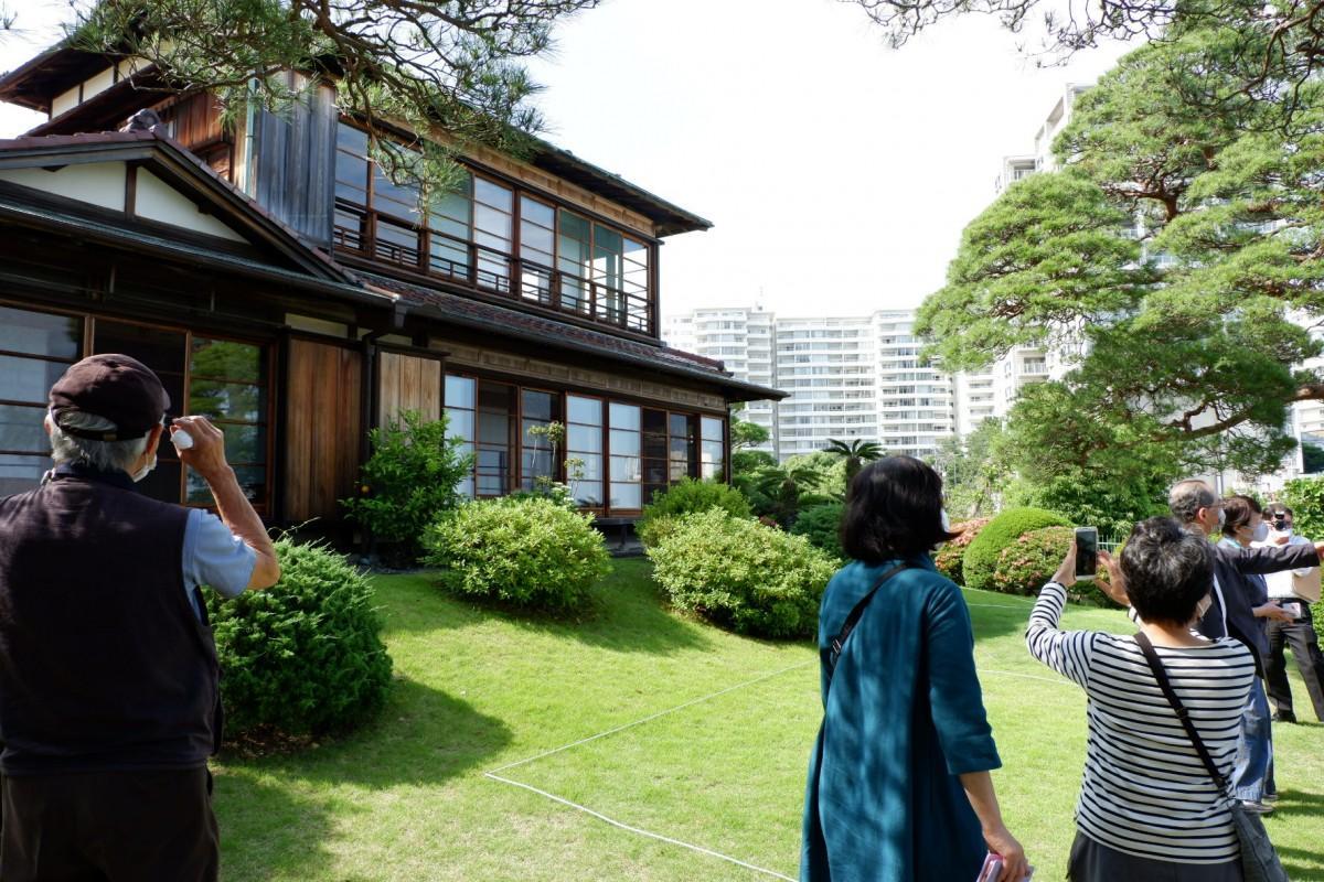 貴重な国登録有形文化財「東山荘」を見学する参加者ら