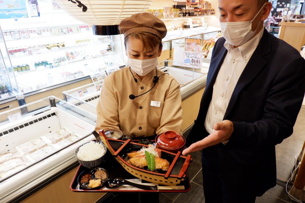 「金目鯛の煮付けづくし膳」をアピールする徳造丸・社長の鈴木基史さんとスタッフ