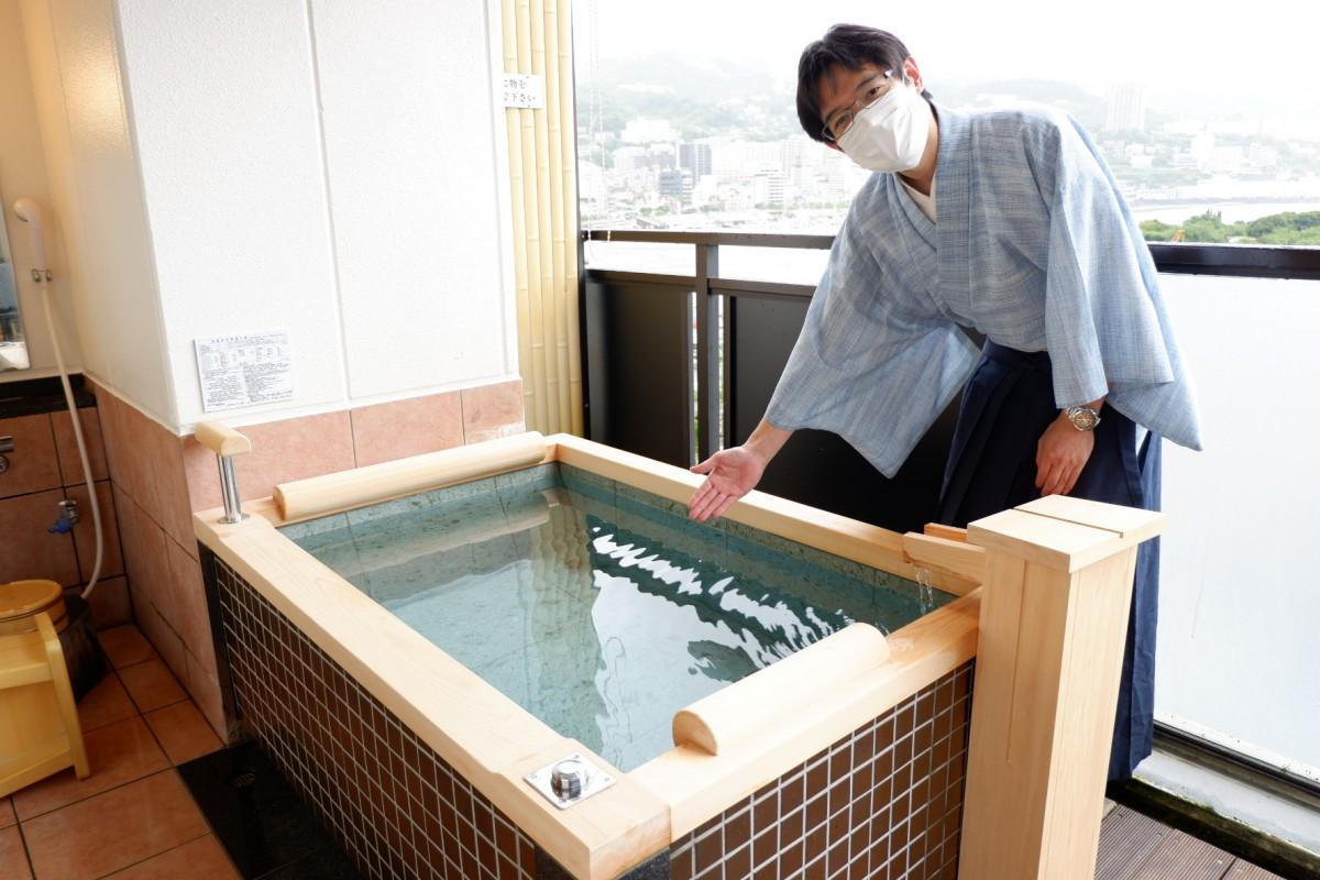新調した客室露天風呂をアピールする支配人の渡辺紘司さん