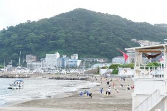 熱海サンビーチで「クリーン大作戦」 災害の影響で遊泳禁止、「安心して楽しめるビーチに」