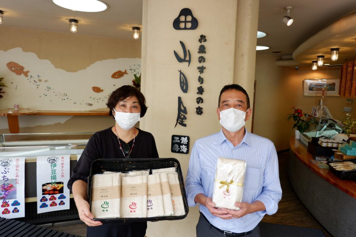 企業連携で「THE 温泉タオル」の販売を始めた福島瞳さんと倉田昭さん(左から)