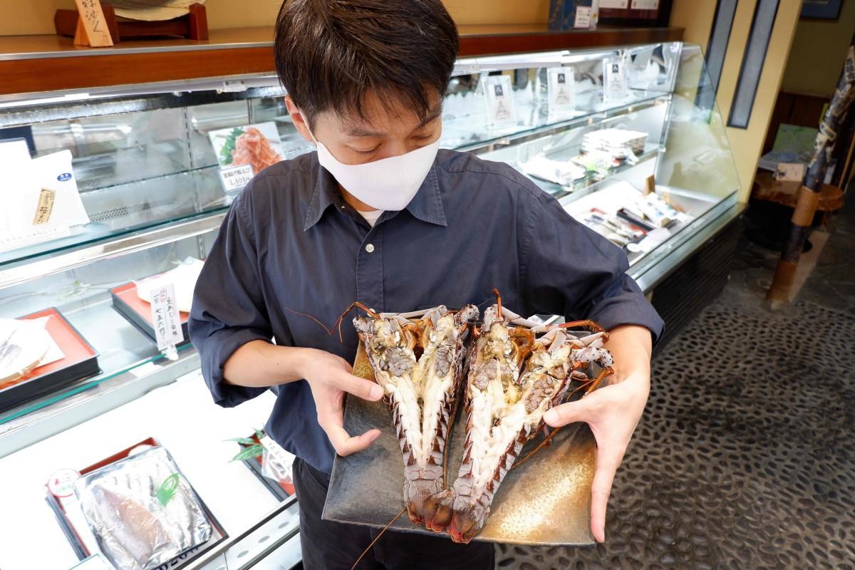 初物の伊勢エビを干物でも提供する「釜鶴ひもの店」