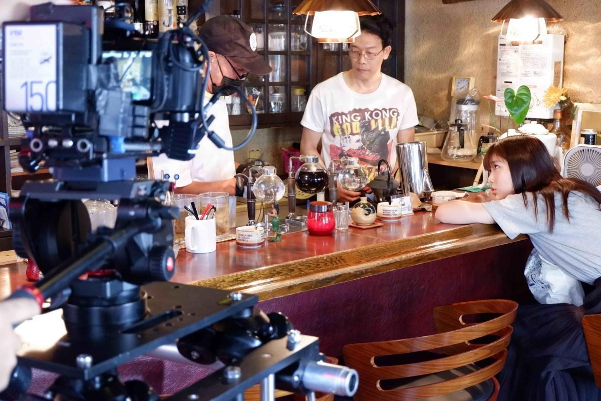 熱海市清水町の喫茶店「たむら」で行われた撮影の一コマ