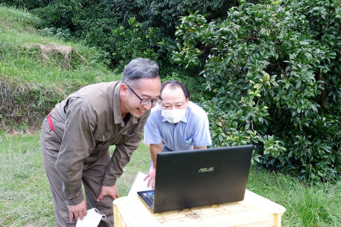 熱海・上多賀のダイダイ畑からオンラインでお礼を伝える農家の岡野谷さん(左)