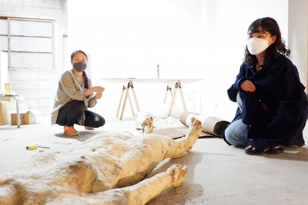 ギャラリーでイベントの準備をする渡辺杏樹さんとアーティストのさとうなつみさん(右から)