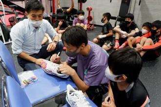 「子どもたちに東京五輪の思い出を」 熱海・聖火ランナーの靴に名前書き入れ