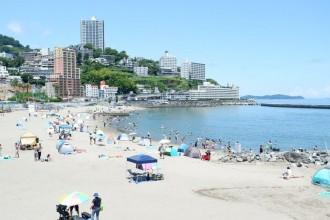四連休の熱海、海水浴場にも人出 遊泳禁止や入場制限で対応