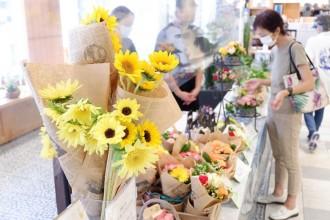 ラスカ熱海で生花店キタザワがヒマワリの「応援花」 伊豆山の復興支援に