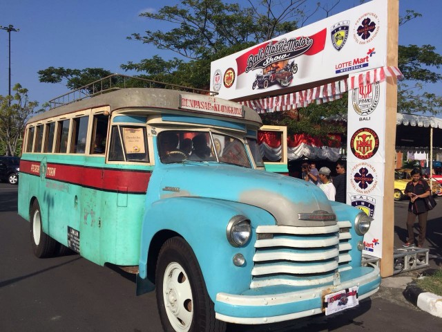 1960年代に走行していたバスもお目見えした