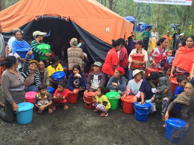 バリ島の女性グループ、土砂崩れ災害の避難民に支援物資