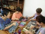 バリ島のバティック店でワークショップ 日本からの参加者も